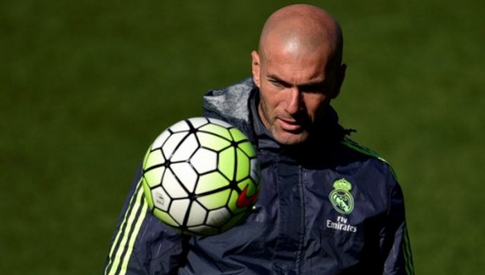 Real Madrid's French head coach Zinedine Zidane plays with a ball during a training session at Valdebebas Sport City in Madrid on March 1, 2016.   / AFP / PIERRE-PHILIPPE MARCOU
