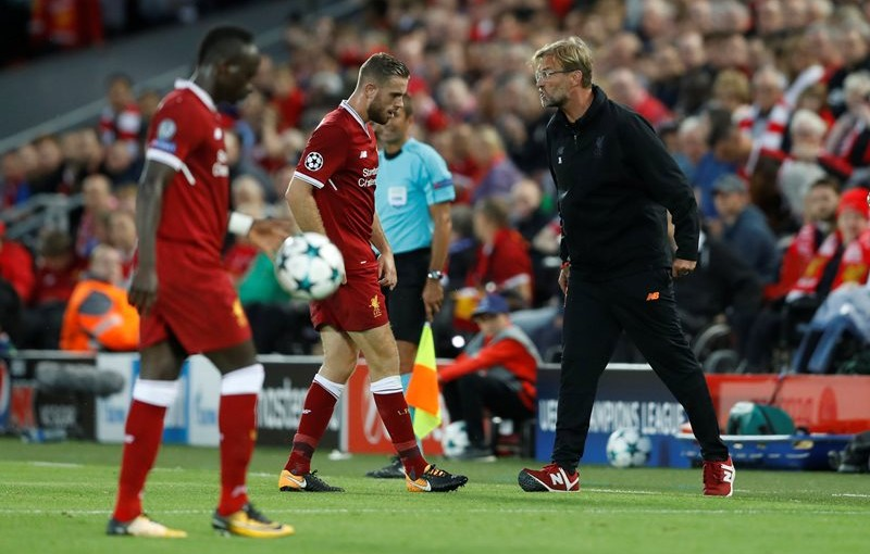 Football Soccer - Champions League - Playoffs - Liverpool vs TSG 1899 Hoffenheim - Liverpool, Britain - August 23, 2017   Liverpool manager Juergen Klopp speaks to Jordan Henderson and Sadio Mane looks on   Action Images via Reuters/Carl Recine