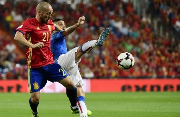 Spain's midfielder David Silva (L) vies with Italy's forward Lorenzo Insigne during the World Cup 2018 qualifier football match between Spain and Italy at the Santiago Bernabeu stadium in Madrid on September 2, 2017. / AFP PHOTO / PIERRE-PHILIPPE MARCOU