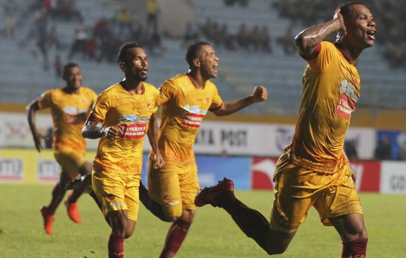 Pesepak bola Sriwijaya FC Hilton Moreira (kanan) melakukan selebrasi seusai mencetak gol ke gawang PS TNI dalam pertandingan Gojek Traveloka Liga 1 di Stadion Gelora Sriwijaya Jakabaring (GSJ), Jakabaring Sport City (JSC), Palembang, Sumatra Selatan, Jumat (14/7). Sriwijaya FC menang atas PS TNI dengan skor 2-1. ANTARA FOTO/Nova Wahyudi/kye/17