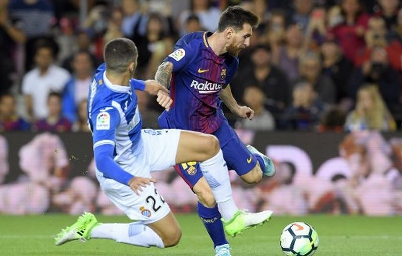 Espanyol's defender Mario Hermoso (L) vies with Barcelona's Argentinian forward Lionel Messi during the Spanish Liga football match Barcelona vs Espanyol at the Camp Nou stadium in Barcelona on September 9, 2017. / AFP PHOTO / LLUIS GENE