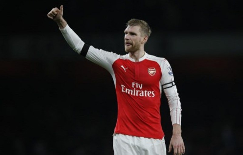 Arsenal's German defender Per Mertesacker gestures to supporters after the English Premier League football match between Arsenal and Bournemouth at the Emirates Stadium in London on December 28, 2015. Arsenal won the game 2-0. AFP PHOTO / ADRIAN DENNIS  RESTRICTED TO EDITORIAL USE. No use with unauthorized audio, video, data, fixture lists, club/league logos or 'live' services. Online in-match use limited to 75 images, no video emulation. No use in betting, games or single club/league/player publications. / AFP PHOTO / ADRIAN DENNIS
