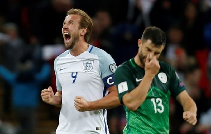 England's striker Harry Kane (L) celebrates their 1-0 victory at the end of the FIFA World Cup 2018 qualification football match between England and Slovenia at Wembley Stadium in London on October 5, 2017.  / AFP PHOTO / Ian KINGTON / NOT FOR MARKETING OR ADVERTISING USE / RESTRICTED TO EDITORIAL USE