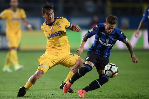 "Juventus' Argentinian forward Paulo Dybala fights for the ball with Atalanta's Argentinian forward Papu Gomez during the Italian Serie A football match between Atalanta and Juventus at the ""Atleti Azzurri d'Italia"" Stadium in Bergamo, on October 1, 2017. / AFP PHOTO / MARCO BERTORELLO"
