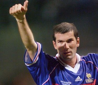 French Zinedine Zidane giues the thumbs up, 12 June at Velodrome Stadium in Marseille after France won its 1998 Soccer World Cup Group C first round match against South Africa 3-0. (ELECTRONIC IMAGE) / AFP PHOTO / GABRIEL BOUYS